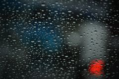Goccioline dell'acqua piovana su un tergicristallo fotografia stock libera da diritti