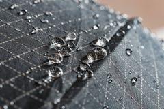 Goccioline dell'acqua piovana su un tessuto impermeabile immagine stock