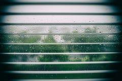 Goccioline della pioggia sulla finestra immagini stock