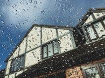 Goccioline della pioggia sulla finestra di vetro fotografie stock libere da diritti