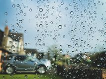 Goccioline della pioggia sulla finestra di vetro fotografia stock libera da diritti