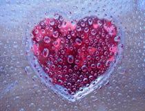 Goccioline di acqua con cuore sotto immagine stock libera da diritti