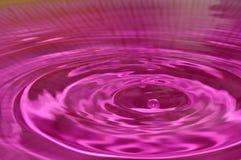 Goccioline di acqua su un fondo porpora Fotografia Stock