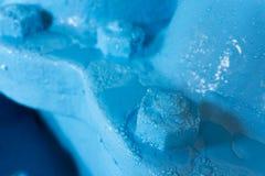 Goccioline di acqua sui dadi e sul tubo blu immagini stock