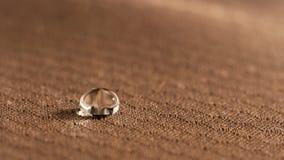 Goccioline di acqua sulla fine resistente del tessuto dell'umidità su immagini stock