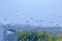 Goccioline di pioggia su una finestra fotografia stock libera da diritti