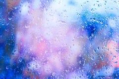 Goccioline di pioggia su una finestra fotografie stock