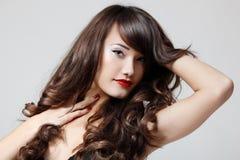 Goce alegre del pelo hermoso adolescente de la muchacha Foto de archivo