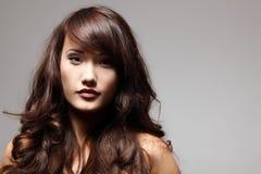 Goce alegre del pelo hermoso de la muchacha del adolescente Imagen de archivo libre de regalías
