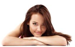Goce alegre hermoso de la muchacha adolescente aislado Foto de archivo libre de regalías