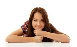 Goce alegre hermoso de la muchacha adolescente aislado en blanco Imagenes de archivo