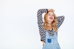 Goce alegre hermoso de la muchacha adolescente aislado en el fondo blanco Fotografía de archivo libre de regalías