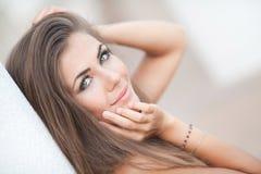 Goce alegre hermoso de la muchacha adolescente del verano aislado en el fondo blanco Imagenes de archivo