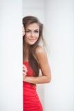 Goce alegre hermoso de la muchacha adolescente del verano aislado en el fondo blanco Foto de archivo libre de regalías