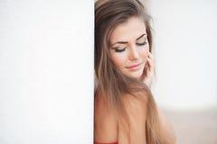 Goce alegre hermoso de la muchacha adolescente del verano aislado en el fondo blanco Fotos de archivo libres de regalías