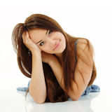 Goce alegre hermoso de la muchacha adolescente en blanco Imagen de archivo