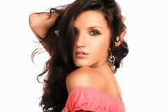 Goce alegre hermoso de la mujer joven con el pelo marrón fuerte largo en blanco Fotos de archivo libres de regalías