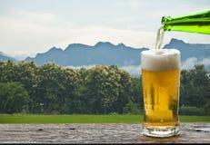 Goce de la cerveza con paisaje de la montaña Foto de archivo libre de regalías