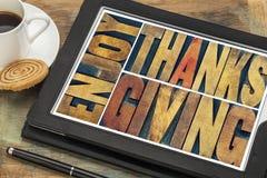 Goce de la tarjeta de felicitación de la acción de gracias en el tipo de madera Foto de archivo libre de regalías
