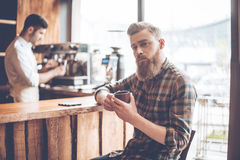 Goce de su café fresco imagenes de archivo