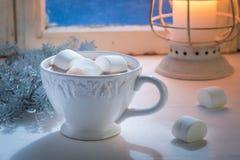 Goce de su chocolate hecho en casa de la Navidad con las melcochas Fotografía de archivo libre de regalías