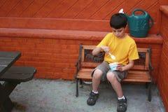 Goce de un helado Imagen de archivo libre de regalías