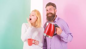 Goce del café de la mañana Hombre con la tetera y la mujer eléctricas con la taza lista para beber el café de la mañana Consiga l fotografía de archivo