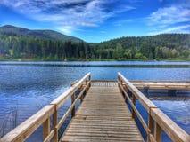 Goce del lago en un día de verano hermoso foto de archivo libre de regalías