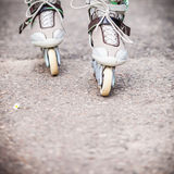 Goce del patinaje sobre ruedas rollerblading en patines en línea Imagen de archivo libre de regalías