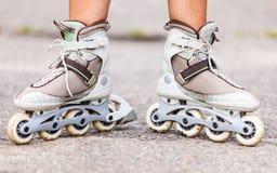 Goce del patinaje sobre ruedas rollerblading en patines en línea Foto de archivo libre de regalías