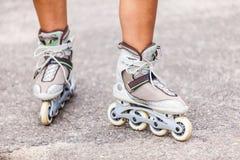 Goce del patinaje sobre ruedas rollerblading en patines en línea Fotos de archivo libres de regalías