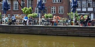 Goce del sol en el restaurante en el canal-Ti Breizh-Hamburgo-Alemania Imagenes de archivo