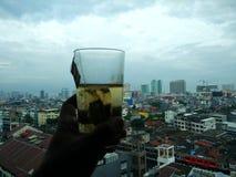 Goce del té y vea la escena de la opinión de la ciudad en Jakarta Indonesia fotos de archivo