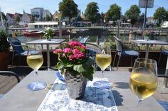 goce del vino blanco en el sur de Francia Fotos de archivo