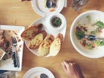 Goce el comer La opinión superior amigos, familia, grupo de personas tiene consumición de la comida sana junta después de whil ve Fotografía de archivo