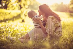 Goce en maternidad con mi bebé fotos de archivo
