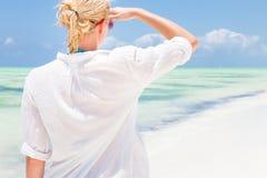 Goce feliz de la mujer, relajándose alegre en verano en la playa tropical Fotografía de archivo libre de regalías