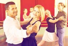 Goce feliz de los adultos de la danza clásica imagenes de archivo