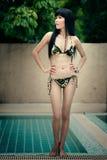 Goce femenino tailandés feliz en piscina Imagen de archivo libre de regalías