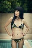 Goce femenino tailandés feliz en piscina Fotografía de archivo libre de regalías