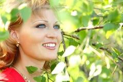 Goce hermoso de la mujer joven al aire libre Fotografía de archivo