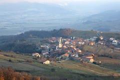 Goce liten by i den slovenska bygden Arkivbild