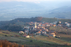 Goce, Weinig dorp in het Sloveense platteland Stock Fotografie