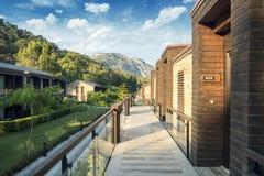 Gocek,土耳其2017年7月-11 -豪华旅馆Rixos优质Gocek豪华旅游胜地,有现代平房和绿叶的 免版税库存照片