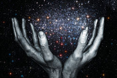 God& x27; руки s держа галактику звезды Стоковое Изображение