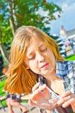 god dricka flicka för kaffe fotografering för bildbyråer
