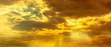 Free God Light. Dramatic Golden Cloudy Sky With Sun Beam. Yellow Sun Rays Through  Golden Clouds. God Light From Heaven For Hope And Royalty Free Stock Photos - 167952208