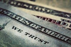 In God vertrouwen wij op motto op Honderd Dollarsrekening Royalty-vrije Stock Afbeeldingen