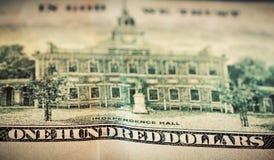 In God vertrouwen wij op motto op Honderd Dollarsrekening Stock Afbeelding