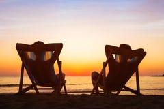 Goda del concetto di vita, coppia che si rilassa nell'hotel della spiaggia fotografia stock
